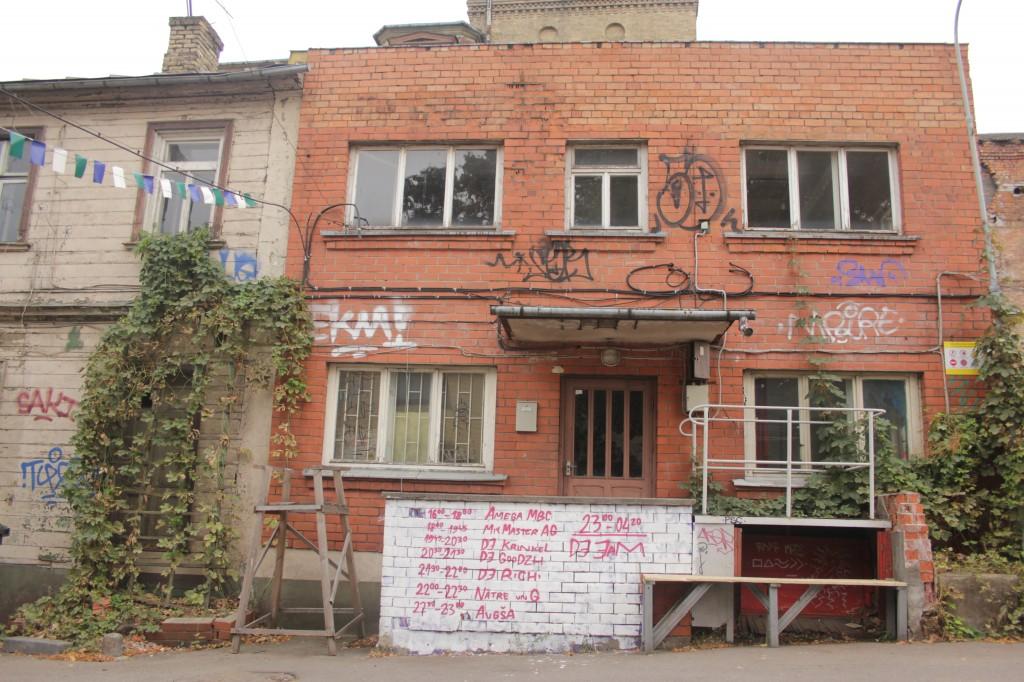 Der Eingang des Clubs mit den Ankündigungen der kommenden Veranstaltungen: DJ-Abende und Live Acts.