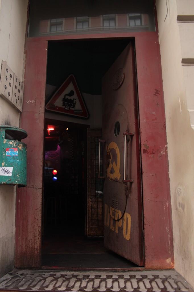 offene Tür des Clubs