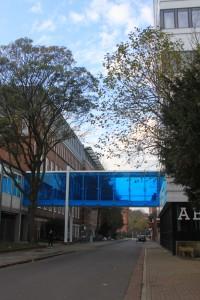 Der Blaue Durchgang neben dem Modernes.