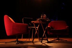 Bühne mit Sessel und Tisch