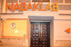 Tagsüber läuft der von der Uni betriebene Radiosender Nabaklab...