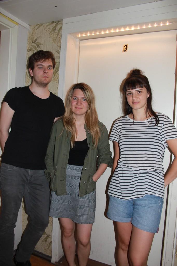 Die drei Bandmitglieder Backstage