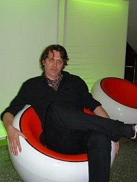 Frank Spilkerr sitzt im Sessel