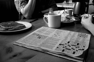 Frühstückstisch mit Zeitung