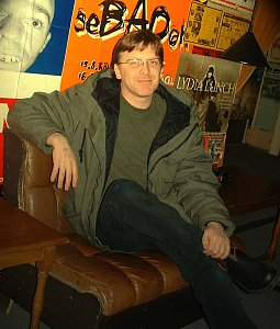 Norman Blake von Teenage Fanclub im Backstageraum
