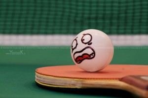 Tischtennisschläger mit bemaltem Ball